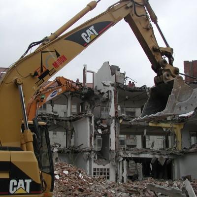 Demolición de edificio con retroexcavadora